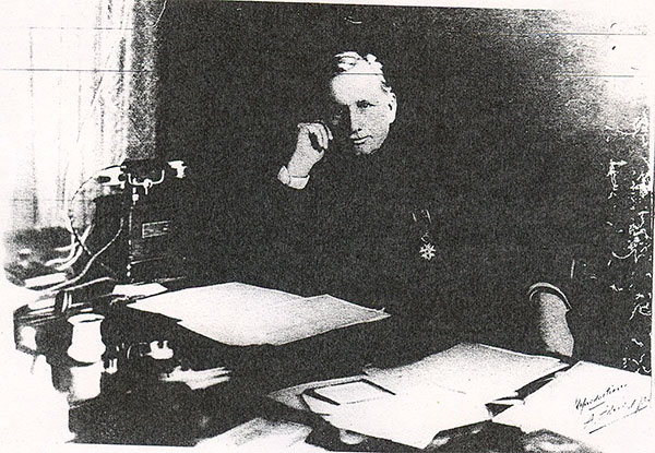 Albert CLARAC à son bureau à l'Hôpital de Fort de France